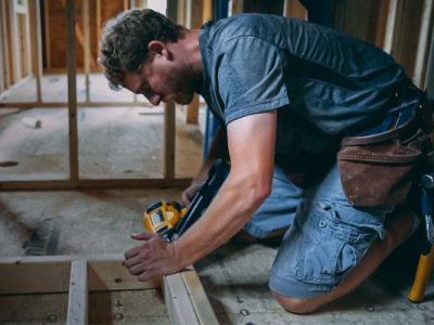 What Are the Footwear Challenges That Carpenters Face? What Preventive Measures Should Be Taken?